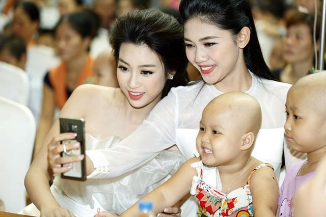 Hoa hậu Đỗ Mỹ Linh dịu dàng vui Tết Trung thu với bệnh nhi - Ảnh 4.