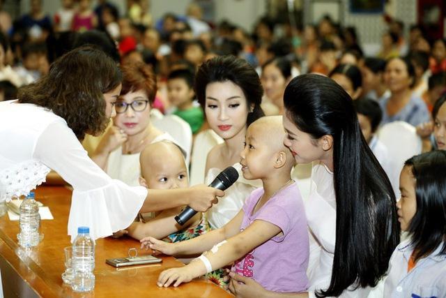 Hoa hậu Đỗ Mỹ Linh dịu dàng vui Tết Trung thu với bệnh nhi - Ảnh 5.