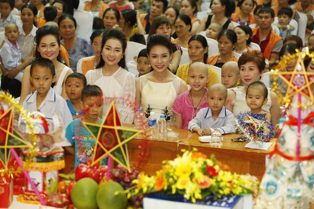 Hoa hậu Đỗ Mỹ Linh dịu dàng vui Tết Trung thu với bệnh nhi - Ảnh 8.