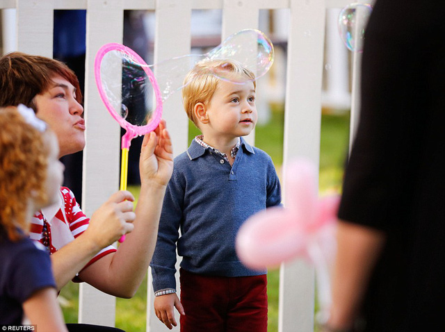 Ngắm loạt ảnh yêu không thể tả của hoàng tử bé nước Anh tại Canada - Ảnh 5.