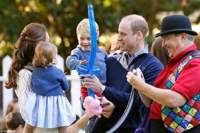 Ngắm loạt ảnh yêu không thể tả của hoàng tử bé nước Anh tại Canada - Ảnh 4.