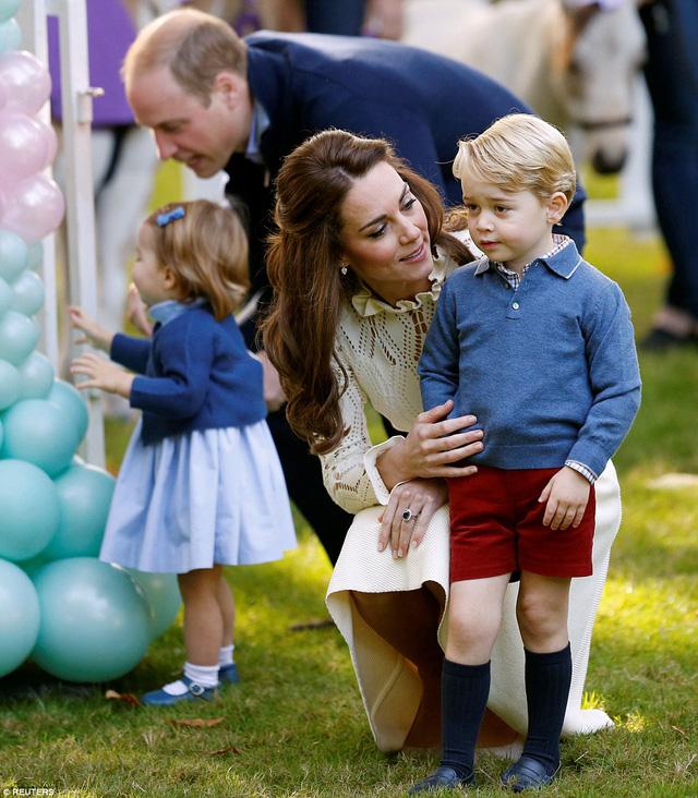 Ngắm loạt ảnh yêu không thể tả của hoàng tử bé nước Anh tại Canada - Ảnh 11.