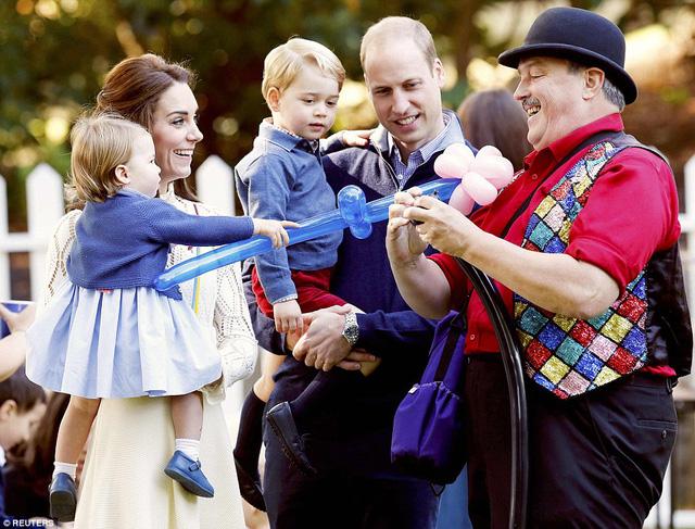 Ngắm loạt ảnh yêu không thể tả của hoàng tử bé nước Anh tại Canada - Ảnh 2.