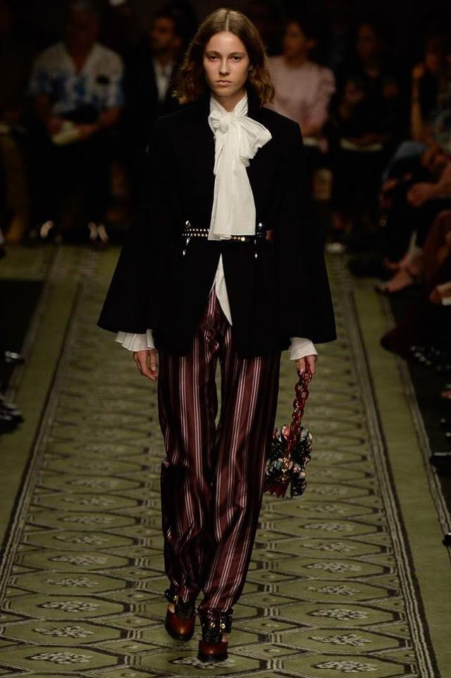 Du hành thời gian cùng show thời trang mới của Burberry - Ảnh 6.