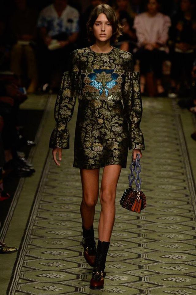 Du hành thời gian cùng show thời trang mới của Burberry - Ảnh 4.