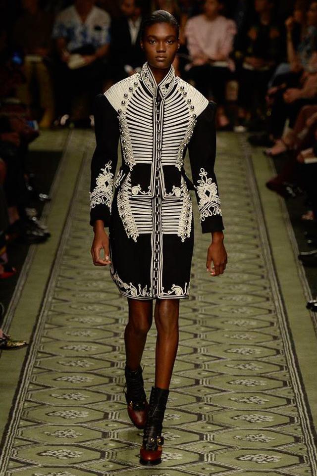 Du hành thời gian cùng show thời trang mới của Burberry - Ảnh 3.