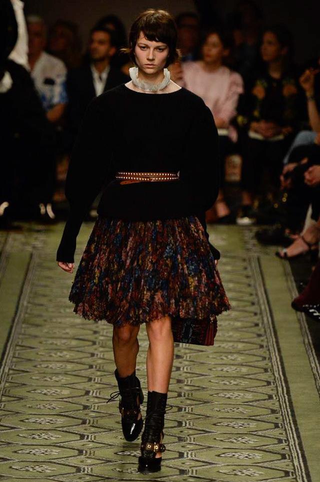Du hành thời gian cùng show thời trang mới của Burberry - Ảnh 1.