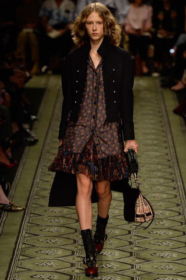 Du hành thời gian cùng show thời trang mới của Burberry - Ảnh 2.