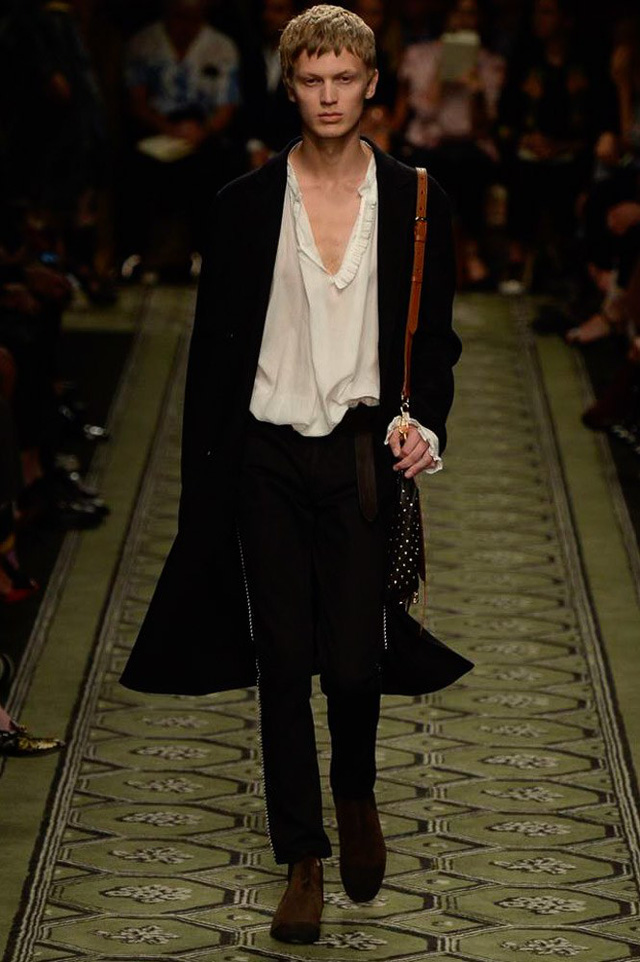 Du hành thời gian cùng show thời trang mới của Burberry - Ảnh 7.