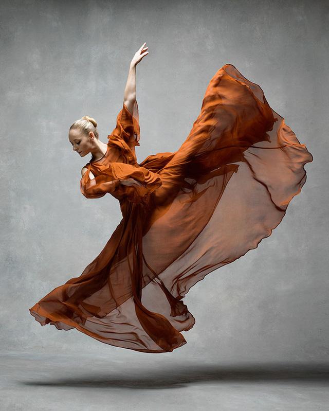 Nghẹt thở trước loạt ảnh đẹp như tranh của các vũ công ballet - Ảnh 1.