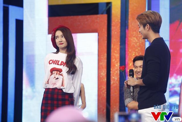 Fan bất ngờ khi Mạnh Trường, Kang Tae Oh quỳ gối tỏ tình - Ảnh 2.