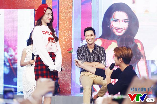 Fan bất ngờ khi Mạnh Trường, Kang Tae Oh quỳ gối tỏ tình - Ảnh 3.