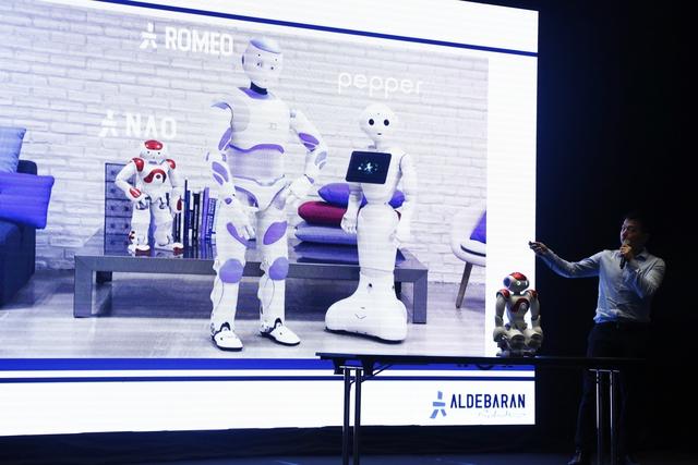 SoftBank tiên phong đưa robot NAO vào giảng dạy tiếng Anh tại Việt Nam - Ảnh 1.
