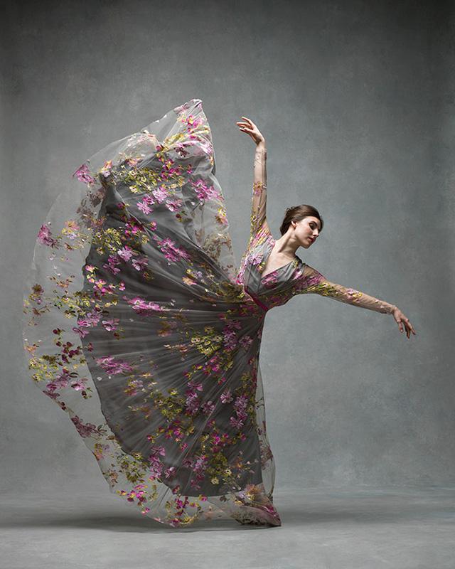 Nghẹt thở trước loạt ảnh đẹp như tranh của các vũ công ballet - Ảnh 4.