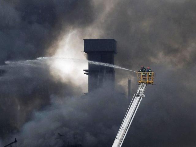 Hỏa hoạn tại nhà máy may Bangladesh, ít nhất 21 người thiệt mạng - Ảnh 3.