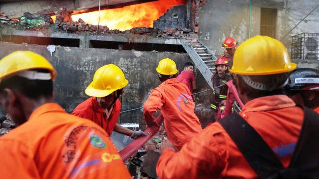 Hỏa hoạn tại nhà máy may Bangladesh, ít nhất 21 người thiệt mạng - Ảnh 2.