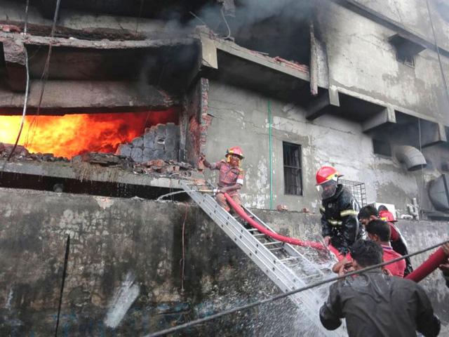 Hỏa hoạn tại nhà máy may Bangladesh, ít nhất 21 người thiệt mạng - Ảnh 1.