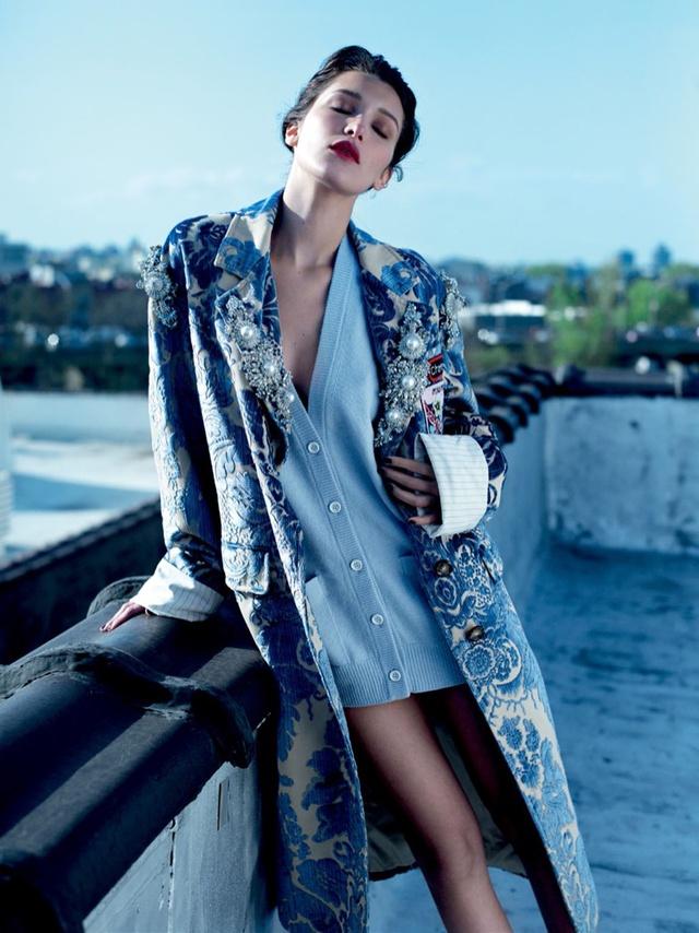 Bella Hadid khoe vai trần gợi cảm trên báo Nga - Ảnh 10.