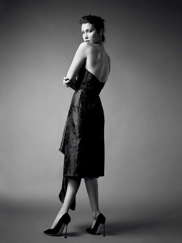 Bella Hadid khoe vai trần gợi cảm trên báo Nga - Ảnh 4.