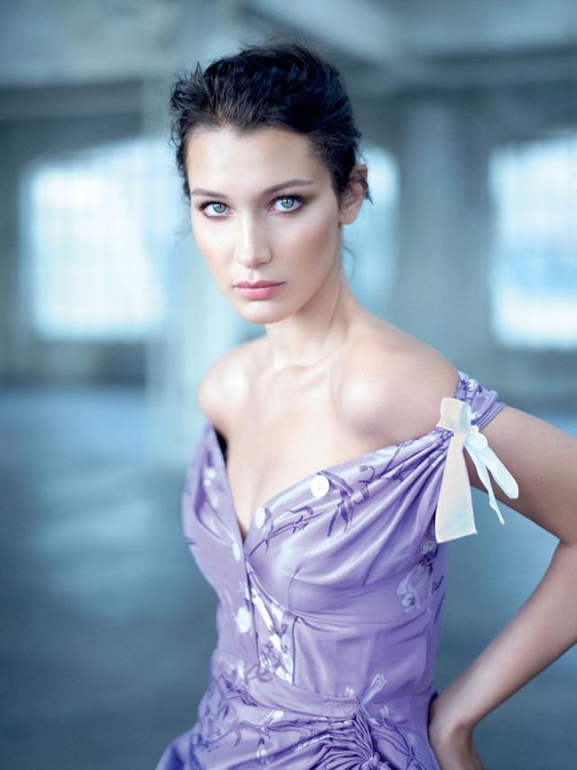 Bella Hadid khoe vai trần gợi cảm trên báo Nga - Ảnh 6.