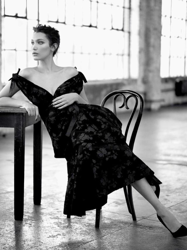 Bella Hadid khoe vai trần gợi cảm trên báo Nga - Ảnh 8.