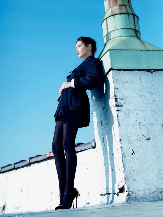 Bella Hadid khoe vai trần gợi cảm trên báo Nga - Ảnh 9.