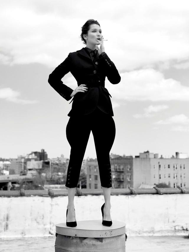Bella Hadid khoe vai trần gợi cảm trên báo Nga - Ảnh 7.