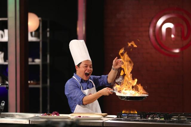 Giám khảo Vua đầu bếp nhí thích thú đùa với lửa - Ảnh 3.