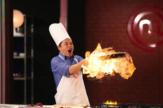 Giám khảo Vua đầu bếp nhí thích thú đùa với lửa - Ảnh 4.