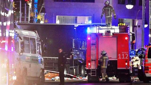 Vụ xe tải lao vào chợ Noel tại Đức có thể do khủng bố - Ảnh 6.