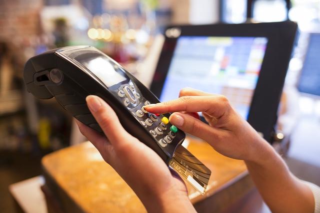 Đủ chiêu lừa đảo qua thẻ ngân hàng - Ảnh 3.