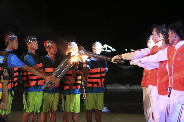 Ngọn đuốc ABG 5 rực sáng trên bãi biển Đà Nẵng - Ảnh 6.