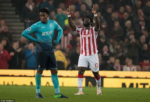 Vòng 10 Ngoại hạng Anh: Bony lập cú đúp, Stoke nhẹ nhàng vượt qua Swansea - Ảnh 2.