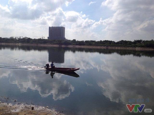 Cá chết trên hồ Linh Đàm đã được thu gom để mang đi xử lý - Ảnh 4.
