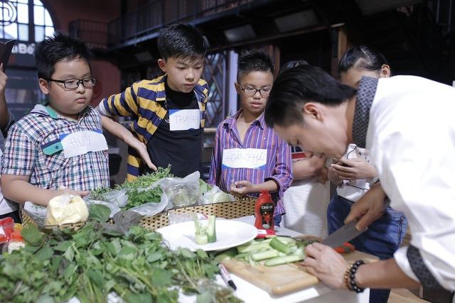 Quán quân Vua đầu bếp bày chiêu nấu nướng cho những tài năng nhỏ tuổi - Ảnh 6.