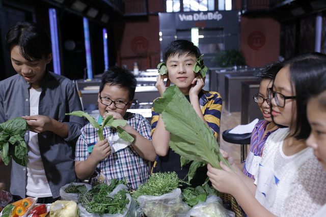 Quán quân Vua đầu bếp bày chiêu nấu nướng cho những tài năng nhỏ tuổi - Ảnh 7.