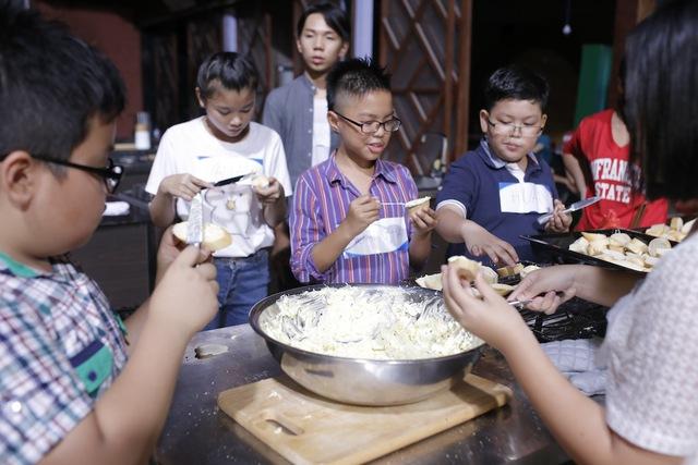 Quán quân Vua đầu bếp bày chiêu nấu nướng cho những tài năng nhỏ tuổi - Ảnh 8.