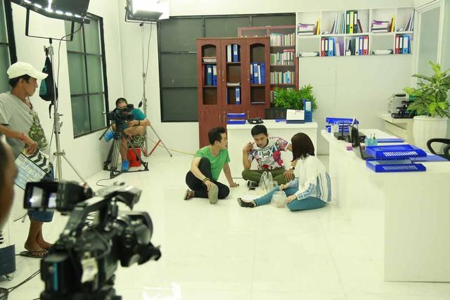 Hé lộ hình ảnh hậu trường sitcom mới Xin chào ông chủ - Ảnh 3.
