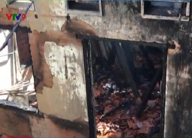 Cháy lớn cạnh trường Tiểu học tại Phan Thiết - Ảnh 1.