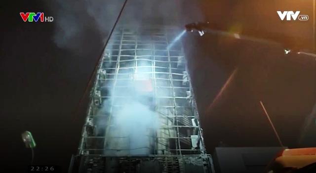 Cháy quán karaoke trên phố Nguyễn Khang: Gần 5 tiếng cứu hỏa, lửa vẫn cháy - Ảnh 3.
