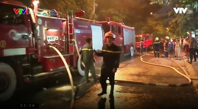 Cháy quán karaoke trên phố Nguyễn Khang: Gần 5 tiếng cứu hỏa, lửa vẫn cháy - Ảnh 4.