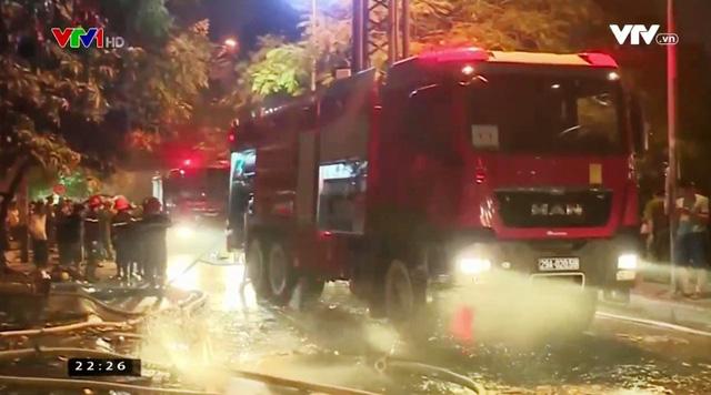 Cháy quán karaoke trên phố Nguyễn Khang: Gần 5 tiếng cứu hỏa, lửa vẫn cháy - Ảnh 5.