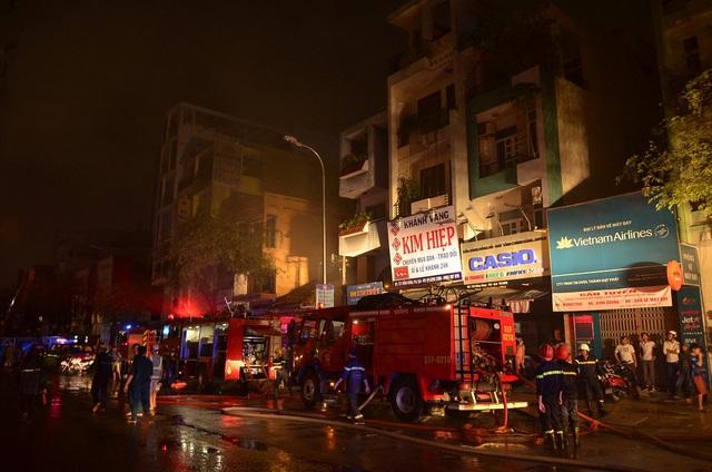 TP.HCM: Cảnh sát cứu hai mẹ con kẹt trong căn nhà bốc cháy - Ảnh 1.