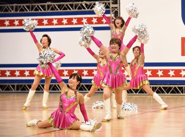 Đội cổ vũ hoạt náo viên cao tuổi tại Nhật Bản - Ảnh 1.