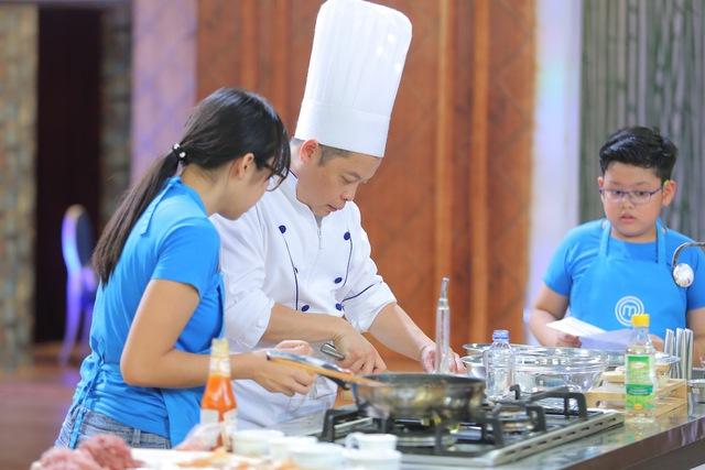 Vua đầu bếp nhí: Top 8 bất phân thắng bại với bánh khổng lồ và thử thách tiếp sức - Ảnh 5.
