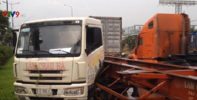 Va chạm giữa 2 xe container trên Xa lộ Hà Nội - Ảnh 1.