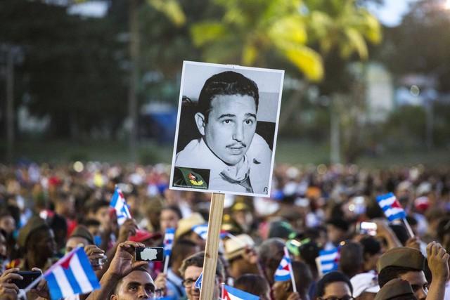 Người dân Cuba tiễn biệt lãnh tụ Fidel Castro về nơi an nghỉ cuối cùng - Ảnh 1.