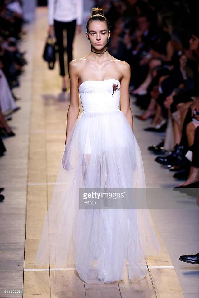 Maria Chiuri -  Nữ thiết kế chính đầu tiên tại Dior trong 7 thập niên - Ảnh 2.