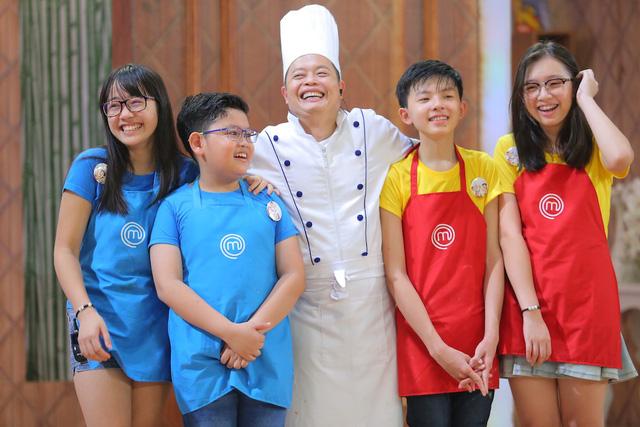 Vua đầu bếp nhí: Top 8 bất phân thắng bại với bánh khổng lồ và thử thách tiếp sức - Ảnh 4.