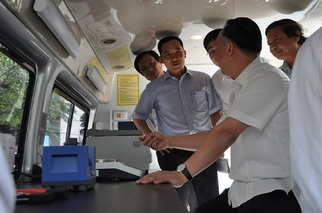 Hà Nội tiếp nhận xe xét nghiệm chuyên dụng về an toàn thực phẩm - Ảnh 1.